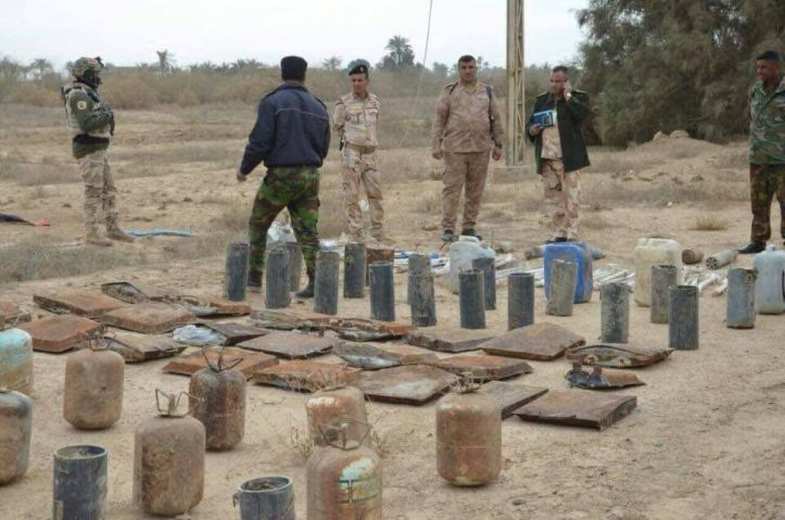 Iraq Army 14th Div and local Hashd units seized explosives and IEDs abandoned by Daesh terrorists near Garma north of #Fallujah, the operation was based on intel (4)