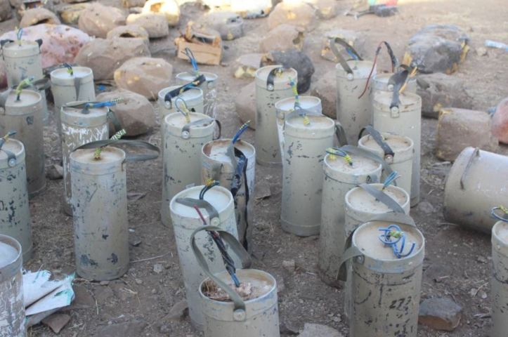 Pro-Hadi forces showed captured Houthi mines and stone-IEDs in #Saada (3)
